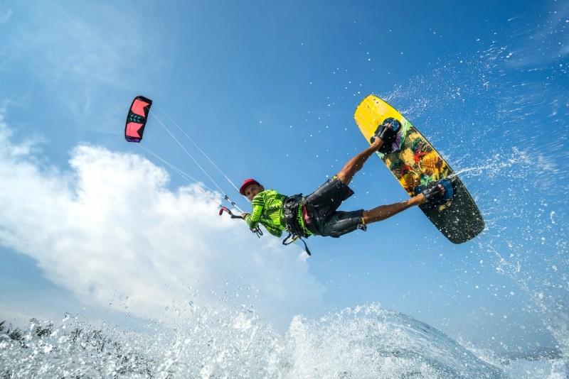 Sådan kommer du sikkert i gang med kitesurfing